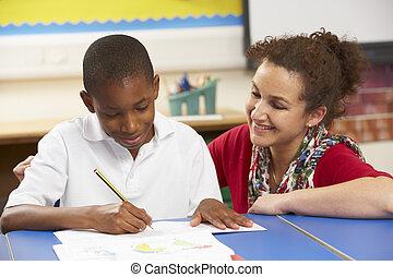 aluno, estudar, em, sala aula, com, professor