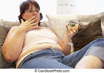sobrepeso, mujer, relajante, en, sofá