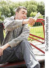 sentando, jovem, Cerveja, pátio recreio, bebendo, homem