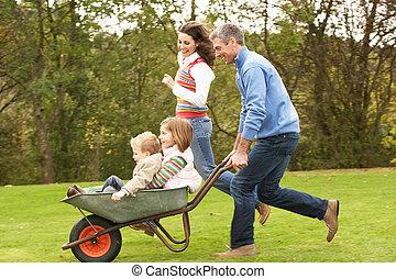 pais, Dar, crianças, passeio, em, carrinho de...