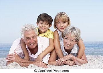 abuelos, y, nietos, relajante, en, playa, feriado