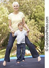 abuela, y, nieto, Saltar, en, trampolín, en,...