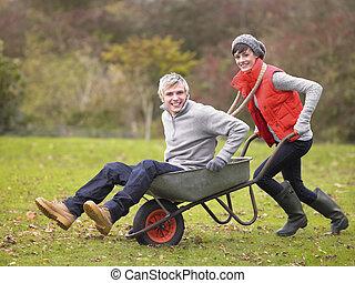 par, tocando, jovem, carrinho de mão