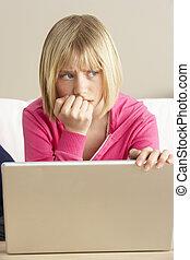 preocupado, Mirar, niña, Utilizar, computador...