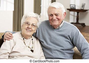 retrato, de, feliz, 3º edad, pareja, en, hogar