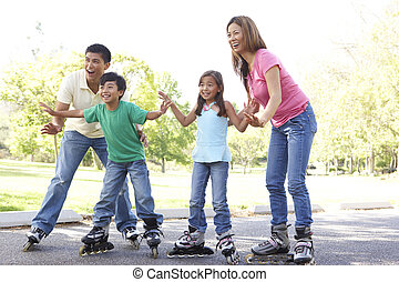 familia, poniendo, en, en, línea, patines, en, parque