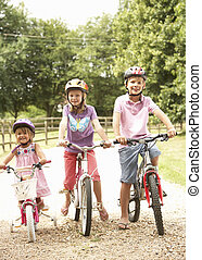 niños, en, campo, Llevando, seguridad, cascos