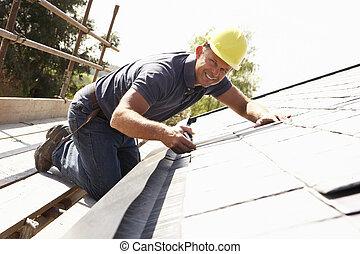 roofer, trabalhando, ligado, exterior, de, Novo, lar
