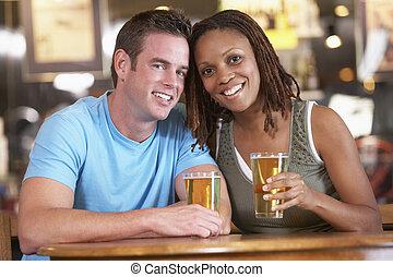 par, bebendo, Cerveja, junto, em, Um, bar