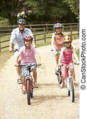 familia, ciclismo, en, campo, Llevando, seguridad, cascos
