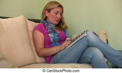 Women reading on the couch