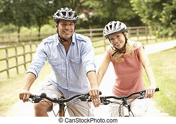pareja, ciclismo, en, campo, Llevando, seguridad, cascos