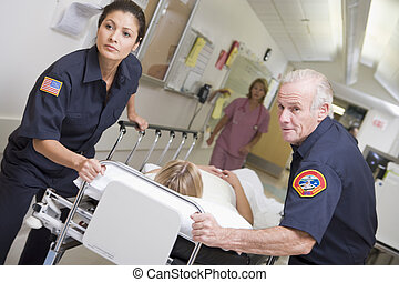 Paramédicos, el acometer, emergencia, paciente, en,...