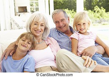 retrato, de, abuelos, con, nietos, relajante, juntos, en,...