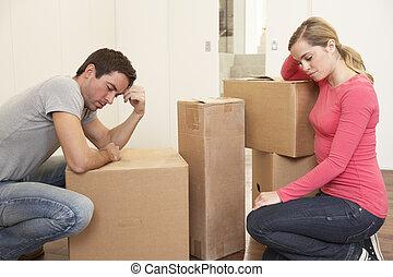 jeune, couple, regarder, désordre, boîtes