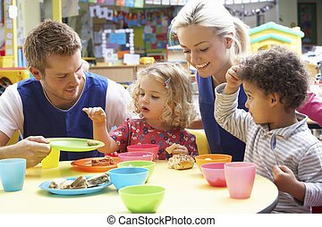 pareja, niños, juego, juguetes