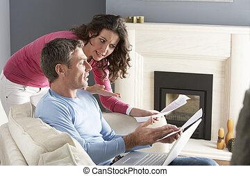 posiedzenie, Sofa, Para, używając, dom, dzioby, Dyskutując,...