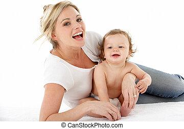 estudio, retrato, de, madre, con, joven, bebé,...