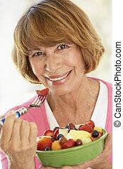 mulher, comer, salada, meio, fruta, fresco, envelhecido