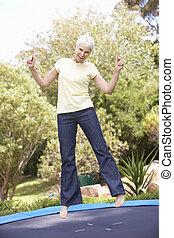 3º edad, mujer, Saltar, en, trampolín, en,...