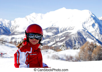 bambina in montagna invernale