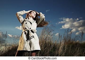 Moda, retrato, elegante, mujer, impermeable, naturaleza
