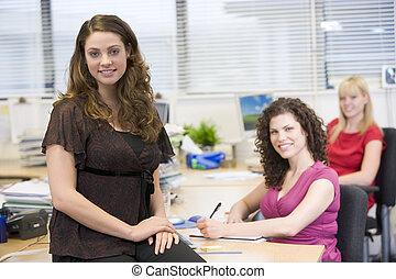 felizmente, escritório, trabalhando, mulheres