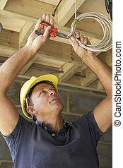 electricista, trabajando, en, Cableado, en, nuevo, hogar
