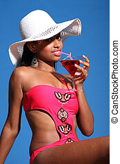 africano, americano, mulher, bebendo, coquetel, sol