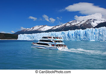 Sightseeing on Lago Argentino - Sightseeing boat on Lago...
