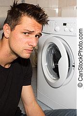jovem, homem, infeliz, lavando, mashine