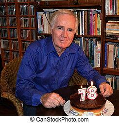 velho, homem, aniversário, bolo