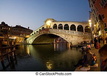 Blick bei Nacht auf die Rialto Brücke am Canale Grande