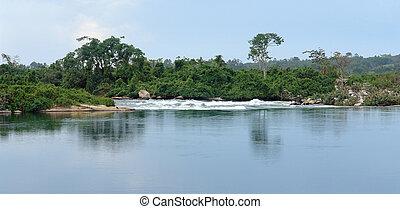 waterside River Nile scenery near Jinja in Uganda -...