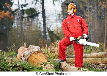 Leñador, trabajador, con, Chainsaw, en, el, bosque
