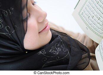 uśmiecha się, Mały, święty, Przeczytajcie, koran, dziewczyna...