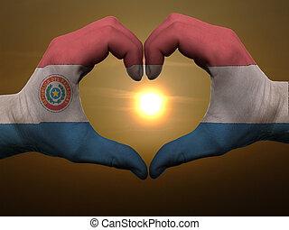 Coração, feito, Amor, colorido, Símbolo, bandeira, gesto, mãos, Paraguai, durante, mostrando, amanhecer