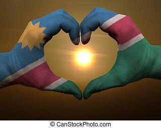 Coração, feito, Amor, colorido, Símbolo, bandeira,  Namíbia, gesto, mãos, durante, mostrando, amanhecer
