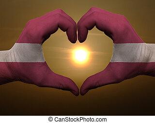 Coração, feito, Amor, colorido, Símbolo, bandeira,  Latvia, gesto, mãos, durante, mostrando, amanhecer