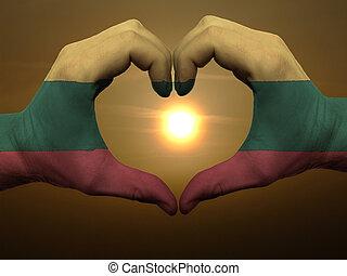 Coração, feito, Amor, colorido, mostrando, Lituânia, bandeira, gesto, mãos, durante, Símbolo, amanhecer