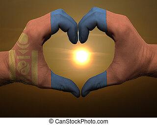 Coração, feito, Amor, colorido, mostrando,  mongolia, bandeira, gesto, mãos, durante, Símbolo, amanhecer
