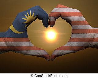 Coração, feito, Amor, colorido, Símbolo, Malásia, bandeira, gesto, mãos, durante, mostrando, amanhecer