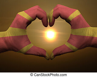 Coração, feito, Amor, colorido, mostrando,  Macedonia, bandeira, gesto, mãos, durante, Símbolo, amanhecer