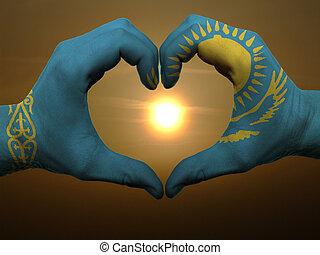Coração, feito, Amor, colorido, mostrando,  kazakstan, bandeira, gesto, mãos, durante, Símbolo, amanhecer