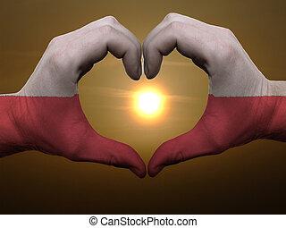 Coração, feito, Amor, colorido, Símbolo, bandeira, Polônia, gesto, mãos, durante, mostrando, amanhecer