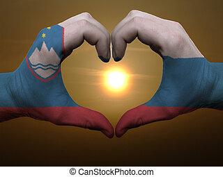Coração, feito, Amor, colorido, Símbolo,  Slovenia, bandeira, gesto, mãos, durante, mostrando, amanhecer