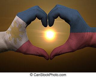 Coração, feito, Amor, colorido,  Phillipines, mostrando, bandeira, gesto, mãos, durante, Símbolo, amanhecer