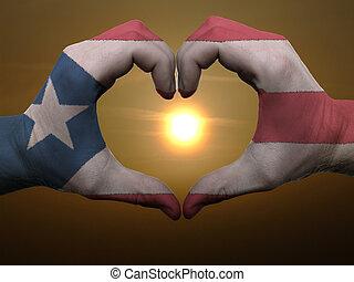 Coração, feito, Amor, colorido,  puertorico, mostrando, bandeira, gesto, mãos, durante, Símbolo, amanhecer