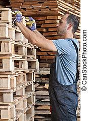 homem, arraging, Pallets, vertical, tiro