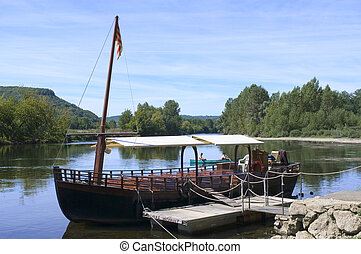 Barge on the Dordogne - A walk in boat on the Dordogne on...